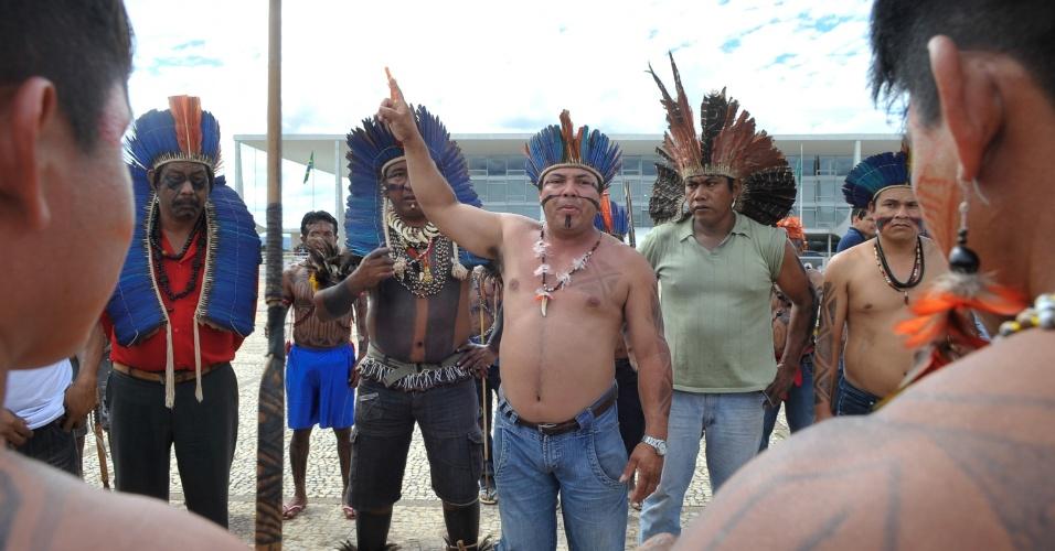 6.jun.2013 - Índio mundurucus, vindo do Pará, se reúnem em frente ao Palácio do Planalto, em Brasília, para exigir uma audiência com a presidente Dilma Rousseff. O grupo indígena é contra o projeto do governo de construir a usina hidrelétrica Belo Monte no rio Tapajós
