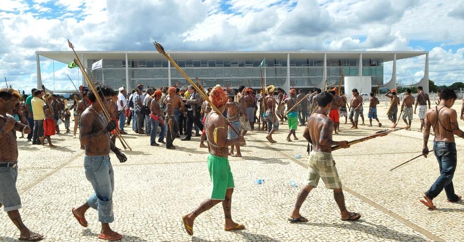 6.jun.2013 - Índios mundurucus caminham em frente ao Palácio do Planalto, em Brasília, enquanto aguardam por uma audiência com a presidente Dilma Rousseff. O grupo indígena, que veio do Pará, protesta contra o projeto do governo de construir a usina hidrelétrica Belo Monte no rio Tapajós
