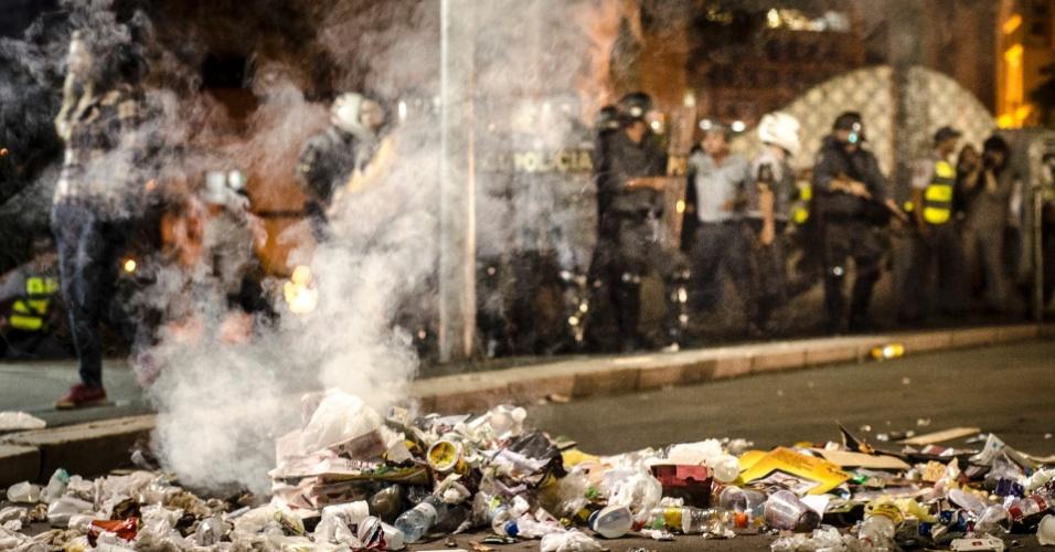 6.jun.2013 - Lixo interdita trânsito no encontro das avenidas 23 de Maio e 9 de Julho, na região do Anhangabaú, centro da capital paulista, após protesto contra o aumento da passagem do ônibus de São Paulo de R$ 3 para R$ 3,20