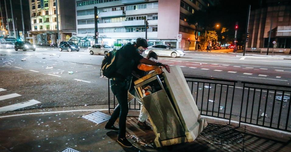 6.jun.2013 - Manifestante destrói lixeira durante protesto contra o aumento da passagem do ônibus de R$ 3 para R$ 3,20 realizado na avenida Paulista, região central de São Paulo