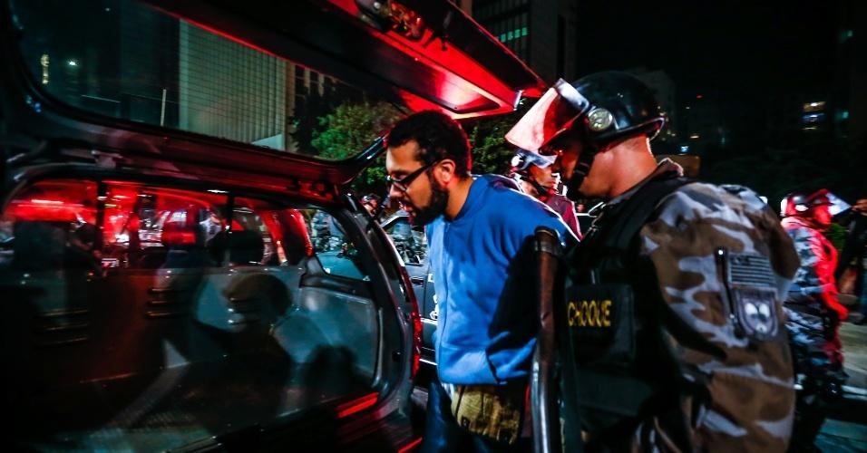 6.jun.2013 - Manifestante é detido por policiais durante protesto contra o aumento da passagem do ônibus de R$ 3 para R$ 3,20 realizado na avenida Paulista, região central de São Paulo