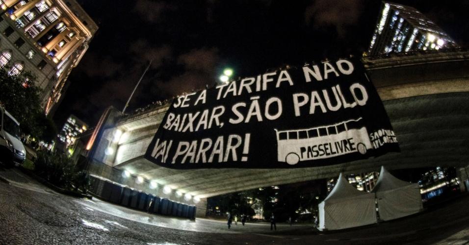 6.jun.2013 - Manifestante penduram faixa contra o aumento da passagem do ônibus no viaduto do Chá, região central de São Paulo