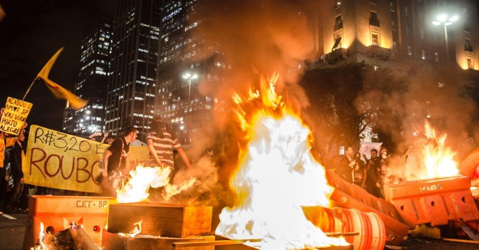 6.jun.2013 - Manifestantes acendem fogueiras para interditar o encontro das avenidas 23 de Maio e 9 de Julho, na região do Anhangabaú, centro de São Paulo, durante protesto contra o aumento da passagem do ônibus de São Paulo de R$ 3 para R$ 3,20