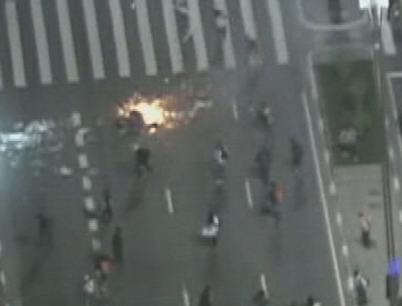 6.jun.2013 - Manifestantes ateiam fogo na avenida Paulista, região central de São Paulo, durante protesto contra o aumento da tarifa de ônibus de R$ 3 para 3,20