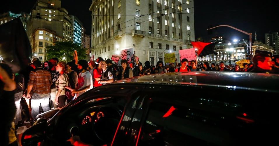 6.jun.2013 - Manifestantes fazem passeata contra aumento da tarifa de ônibus de R$ 3 para 3,20 em frente à Prefeitura de São Paulo, no centro da capital paulista. O ato passou pela avenida 9 de Julho e seguiu em direção à avenida Paulista, as principais vias de acesso da região central