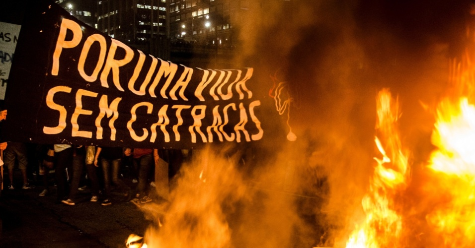 6.jun.2013 - Manifestantes usam fogo para interditar o encontro das avenidas 23 de Maio e 9 de Julho, na região do Anhangabaú, centro de São Paulo, durante protesto contra o aumento da passagem do ônibus de São Paulo de R$ 3 para R$ 3,20