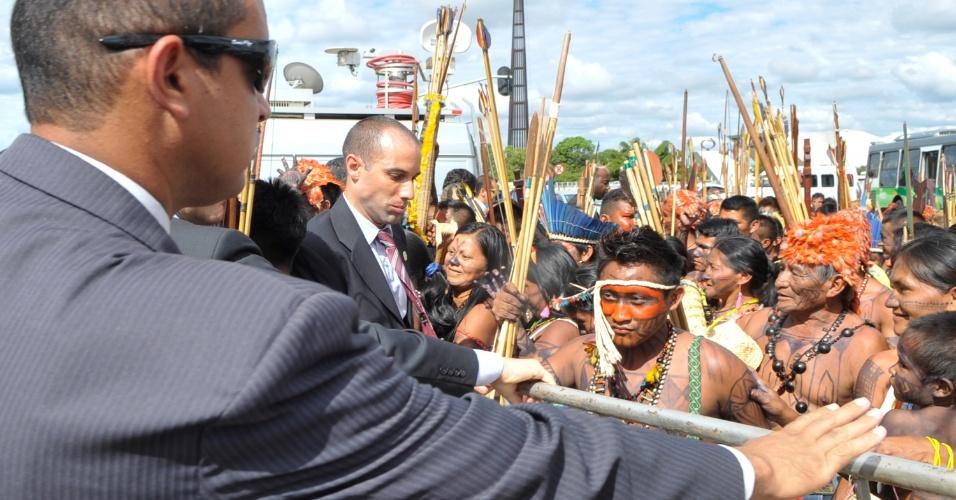 6.jun.2013 - Seguranças impedem a invasão de índios mundurucus, vindos do Pará, no Palácio do Planalto, em Brasília. O grupo indígena protesta contra projeto do governo de construir a usina hidrelétrica Belo Monte no rio Tapajós
