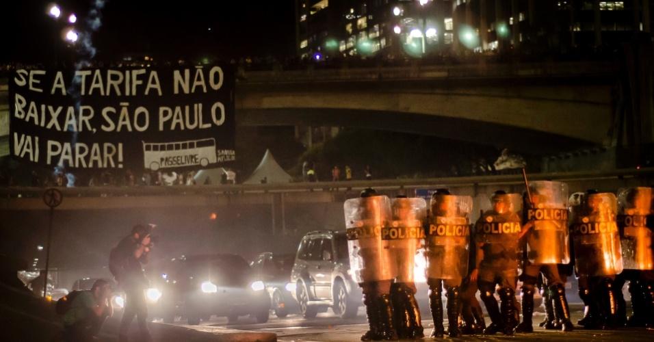 6.jun.2013 - Tropa de Choque da Polícia Militar se posiciona para confrontar manifestantes após o fechamento da avenida 23 de Maio, na região do Anhangabaú, centro de São Paulo