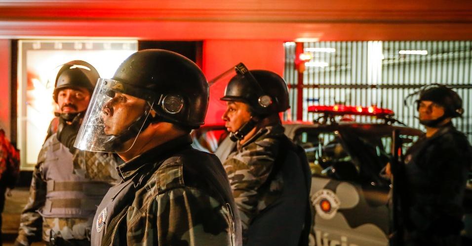 6.jun.2013 - Tropa de Choque da Polícia Militar se posiciona para confrontar manifestantes durante protesto contra o aumento da passagem de ônibus de R$ 3 para R$ 3,20 realizado na avenida Paulista, região central de São Paulo