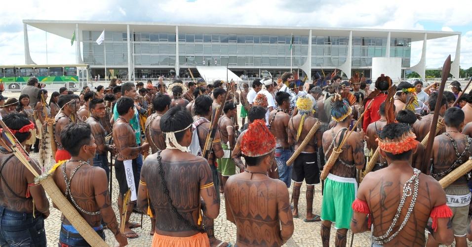 6.jun.2013 - Vindos do Pará, índios mundurucus protestam em frente ao Palácio do Planalto, em Brasília, enquanto aguardam por uma audiência com a presidente Dilma Rousseff. O grupo indígena é contra o projeto do governo de construir a usina hidrelétrica Belo Monte no rio Tapajós