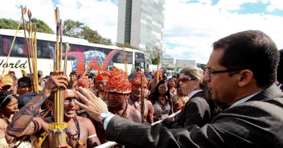 6.mai.2013- Índios mundurucus tentam invadir o Palácio do Planalto e são contidos por seguranças