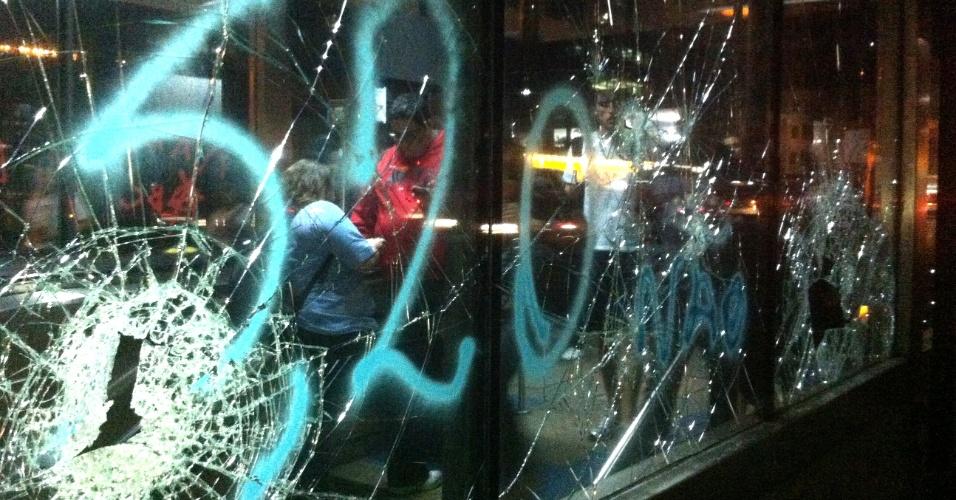 6.jun.2013 - Em imagem do internauta, estação Brigadeiro do metrô, localizadas na avenida Paulista, é pichada e depredada em meio à manifestação contra o aumento da tarifa do ônibus de R$3 para R$3,20, em São Paulo