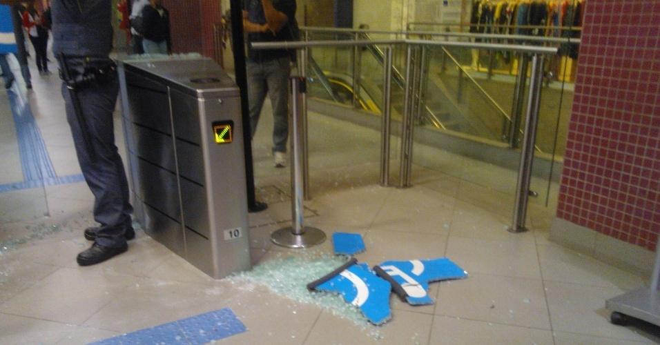 """7.jun.2013 - Entrada para deficiente físico é quebrada na estação de metrô Faria Lima, na zona oeste de São Paulo (SP), durante protesto contra o aumento da tarifa de ônibus na capital. O valor subiu de R$ 3 para R$ 3,20. Manifestantes carregaram cartazes, bandeiras e entregaram folhetos com informações sobre o próximo protesto, marcado para as 17h de terça-feira (11) na praça do Ciclista, na avenida Paulista. O tema do protesto é """"Se a tarifa não baixar, São Paulo vai parar"""""""