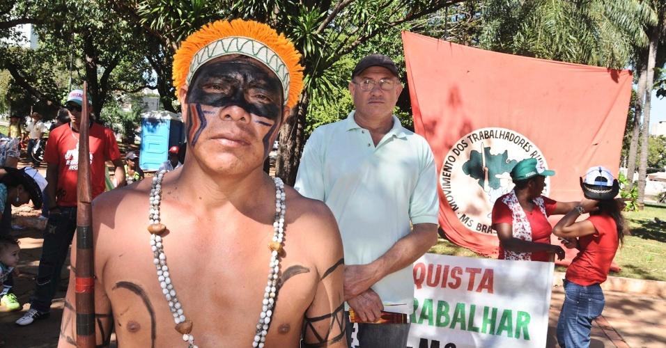 7.jun.2013 - Índios das etnias terena e kadiwéu e integrantes do MST (Movimento dos Trabalhadores Rurais Sem Terra) realizam protesto a favor de terras e contra a morte do índio Oziel, na praça Rádio Clube, em Campo Grande, na manhã desta sexta-feira (7)