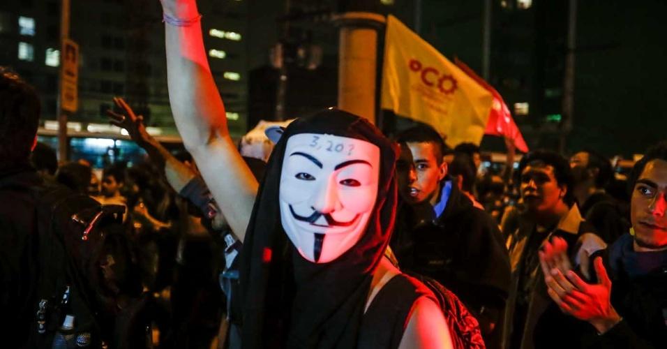 """7.jun.2013 - Manifestante usa máscara durante protesto na região do largo da Batata, na zona oeste de São Paulo (SP), depois de passar pela avenidas Faria Lima e Rebouças, em novo protesto contra o aumento das passagens de ônibus, metrô e trens, nesta sexta-feira. Nesta quinta-feira (6), o movimento """"Passe Livre"""" promoveu uma manifestação na região central da cidade. O protesto acabou em confronto com a polícia e deixou rastros de vandalismo em avenidas como a 23 de Maio, a Nove de Julho e Paulista"""