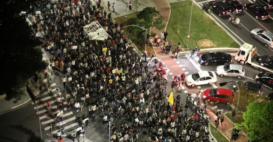 """7.jun.2013 - Manifestantes cruzam a avenida Faria Lima, na zona oeste de São Paulo (SP), durante protesto contra o aumento da tarifa de ônibus, no segundo dia de protestos na capital. O valor subiu de R$ 3 para R$ 3,20. Manifestantes carregam cartazes, bandeiras e já entregam folhetos com informações sobre o próximo protesto, marcado para as 17h de terça-feira (11) na praça do Ciclista, na avenida Paulista. O tema do protesto é """"Se a tarifa não baixar, São Paulo vai parar"""""""