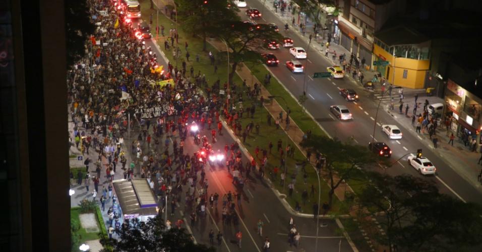 """7.jun.2013 - Manifestantes cruzam avenida Faria Lima, na zona oeste de São Paulo (SP), durante protesto contra o aumento da tarifa de ônibus, no segundo dia de protestos na capital. O valor subiu de R$ 3 para R$ 3,20. Manifestantes carregam cartazes, bandeiras e já entregam folhetos com informações sobre o próximo protesto, marcado para as 17h de terça-feira (11) na praça do Ciclista, na avenida Paulista. O tema do protesto é """"Se a tarifa não baixar, São Paulo vai parar"""""""