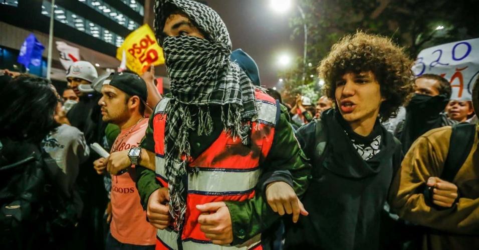 """7.jun.2013 - Manifestantes protestam contra o aumento da tarifa de ônibus na região do largo da Batata, zona oeste de São Paulo (SP), no segundo dia de protestos na capital. O valor da tarifa subiu de R$ 3 para R$ 3,20. Manifestantes carregam cartazes, bandeiras e já entregam folhetos com informações sobre o próximo protesto, marcado para as 17h de terça-feira (11) na praça do Ciclista, na avenida Paulista. O tema do protesto é """"Se a tarifa não baixar, São Paulo vai parar"""""""