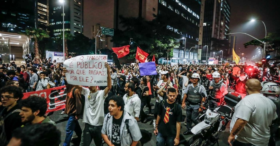 """7.jun.2013 - Manifestantes se aglomeram na região do Largo da Batata, na zona oeste de São Paulo (SP), depois de passar pela avenidas Faria Lima e Rebouças, em novo protesto contra o aumento das passagens de ônibus, metrô e trens, nesta sexta-feira. Nesta quinta-feira (6), o movimento """"Passe Livre"""" promoveu uma manifestação na região central da cidade. O protesto acabou em confronto com a polícia e deixou rastros de vandalismo em avenidas como a 23 de Maio, a Nove de Julho e Paulista"""
