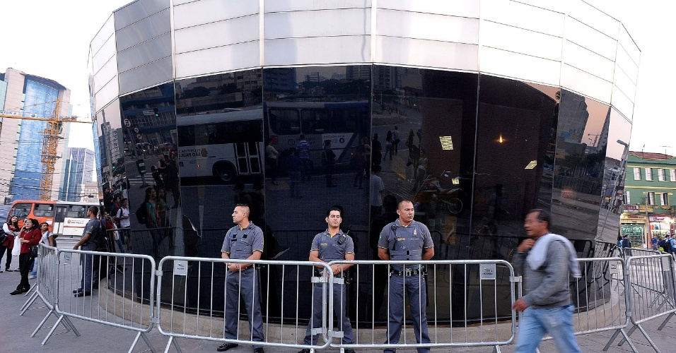 """7.jun.2013 - Policiais se posicionam na entrada da estação de metrô Faria Lima, na zona oeste de São Paulo, onde manifestantes protestam contra o aumento da tarifa de ônibus, no segundo dia de protestos na capital. O valor subiu de R$ 3 para R$ 3,20. Manifestantes carregam cartazes, bandeiras e já entregam folhetos com informações sobre o próximo protesto, marcado para as 17h de terça-feira (11) na praça do Ciclista, na avenida Paulista. O tema do protesto é """"Se a tarifa não baixar, São Paulo vai parar"""""""