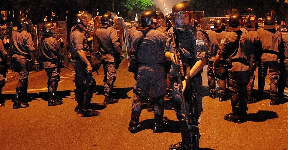 """7.jun.2013 - Policiais se posicionam na região do largo da Batata, na zona oeste de São Paulo, onde manifestantes protestam contra o aumento da tarifa de ônibus, no segundo dia de protestos na capital. O valor subiu de R$ 3 para R$ 3,20. Manifestantes carregam cartazes, bandeiras e já entregam folhetos com informações sobre o próximo protesto, marcado para as 17h de terça-feira (11) na praça do Ciclista, na avenida Paulista. O tema do protesto é """"Se a tarifa não baixar, São Paulo vai parar"""""""