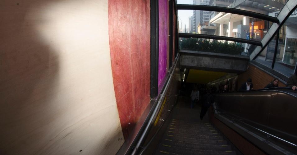 7.jun.2013 - Tapumes foram colocados nesta sexta-feira (7) em vidros quebrados da estação Brigadeiro do metrô, na avenida Paulista, em São Paulo, após protesto contra o aumento da tarifa do transporte público de R$ 3,00 para R$ 3,2