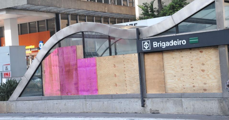 7.jun.2013 - Tapumes foram colocados nesta sexta-feira (7) em vidros quebrados da estação Brigadeiro do metrô, na avenida Paulista, em São Paulo, após protesto contra o aumento da tarifa do transporte público de R$ 3,00 para R$ 3,20
