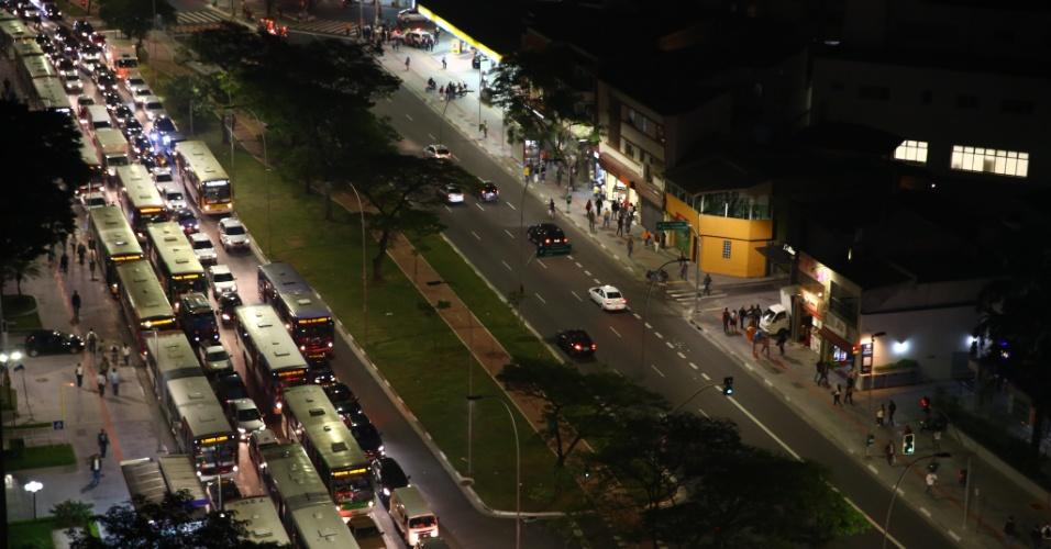 """7.jun.2013 - Trânsito fica travado nos dois lados da avenida Faria Lima, na zona oeste de São Paulo (SP), onde acontece uma manifestação contra o aumento da tarifa de ônibus, no segundo dia de protestos na capital. O valor subiu de R$ 3 para R$ 3,20. Manifestantes carregam cartazes, bandeiras e já entregam folhetos com informações sobre o próximo protesto, marcado para as 17h de terça-feira (11) na praça do Ciclista, na avenida Paulista. O tema do protesto é """"Se a tarifa não baixar, São Paulo vai parar"""""""