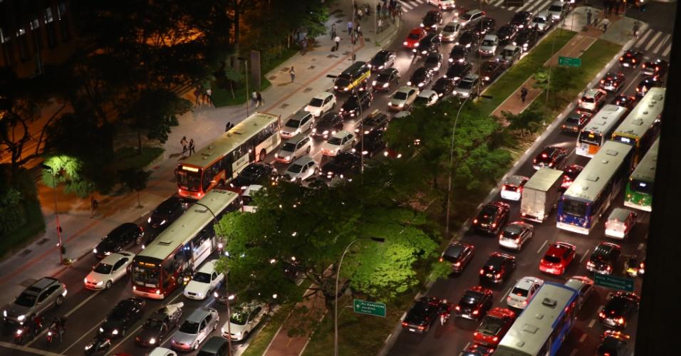 """7.jun.2013 - Trânsito fica travado nos dois lados da avenida Faria Lima, na zona oeste de São Paulo (SP), onde acontece uma manifestação contra o aumento da tarifa de ônibus, no segundo dia de protestos. O valor subiu de R$ 3 para R$ 3,20. Manifestantes carregam cartazes, bandeiras e já entregam folhetos com informações sobre o próximo protesto, marcado para as 17h de terça-feira (11) na praça do Ciclista, na avenida Paulista. O tema do protesto é """"Se a tarifa não baixar, São Paulo vai parar"""""""