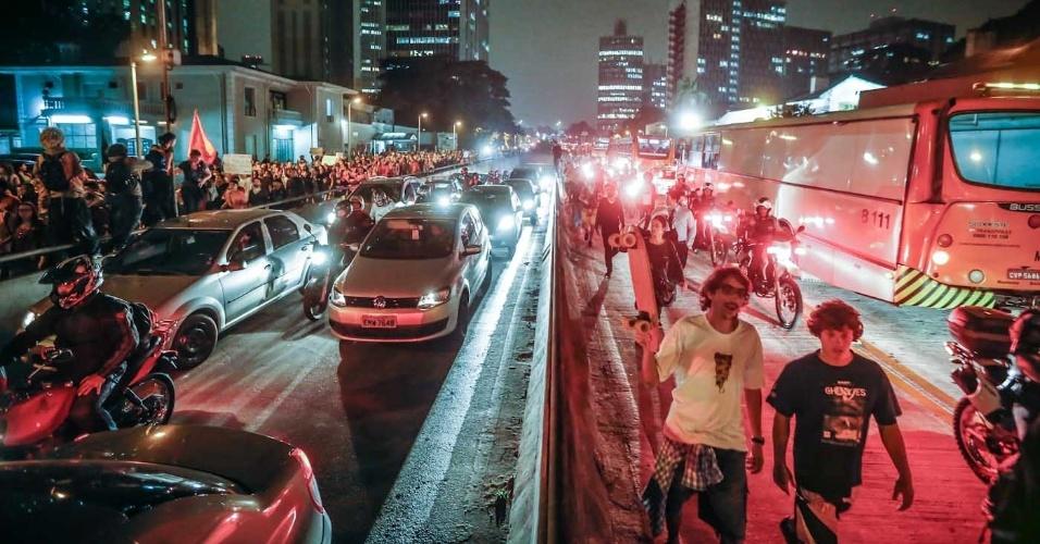 7.jun.2013 -  Manifestantes desde a avenida Rebouças, em São Paulo (SP), depois de passar pelo Largo da Batata e pela avenida Faria Lima, em direção à avenida Paulista, durante novo protesto contra o aumento das passagens de ônibus, metrô e trens