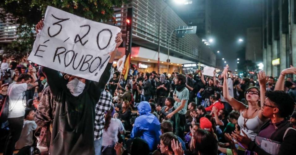 7.jun.2013 - Manifestantes se aglomeram na avenida Paulista, em São Paulo (SP), depois de passar pelo Largo da Batata e pelas avenidas Faria Lima e Rebouças, em novo protesto contra o aumento das passagens de ônibus, metrô e trens