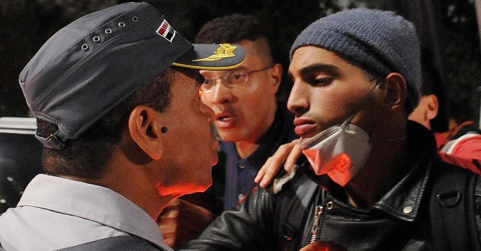 7.jun.2013 - Policial aborda manifestante na avenida Paulista, em São Paulo (SP), em novo protesto contra o aumento das passagens de ônibus, metrô e trens
