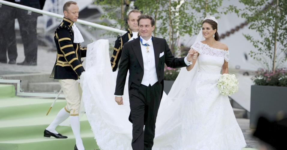 8.jnu.2013 - Os noivos saem da igreja e são saudados pelo público que acompanhou a cerimônia do lado de fora