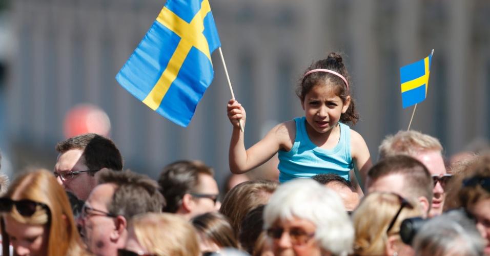8.jun.2012 - Menina segura bandeira da Suécia em comemoração ao casamento da princesa Madeleine, filha mais nova do rei da Suécia, com o financista norte-americano Christopher O'Neill, em Estocolmo