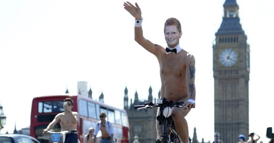 8.jun.2013 - Ciclistas participam da