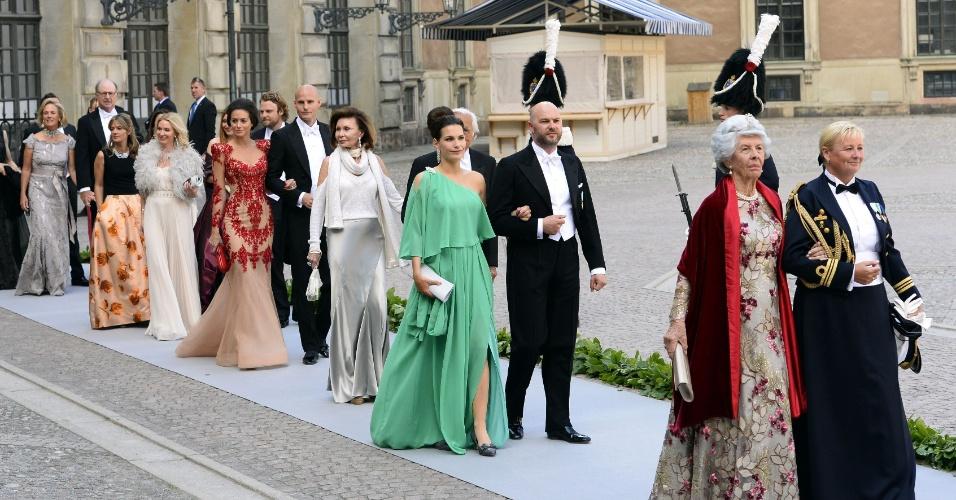 8.jun.2013 - Convidados entram enfileirados em igreja de Estocolmo para participar do casamento da princesa da Suécia