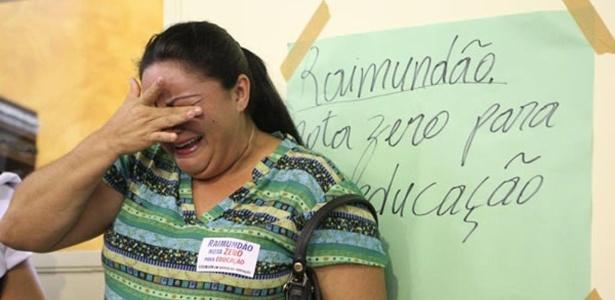 Professora chora diante da aprovação da redução do salário dos professores em Juazeiro do Norte, no Ceará. O corte pode chegar a até 40%