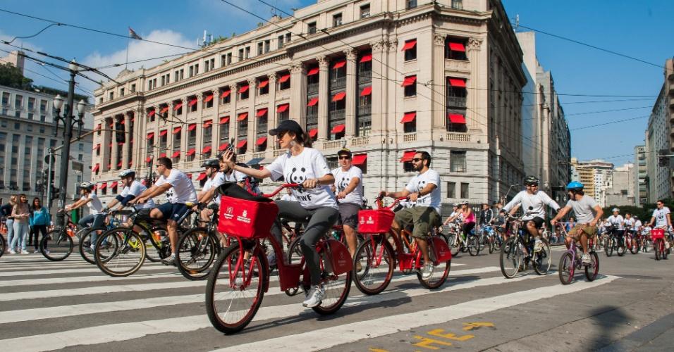 Ciclistas participam de passeio organizado pela WWF Brasil. Os participantes se encontraram no vale do Anhangabaú, na regoão centra de São Paulo, e pedalaram pelas ruas do centro da cidade