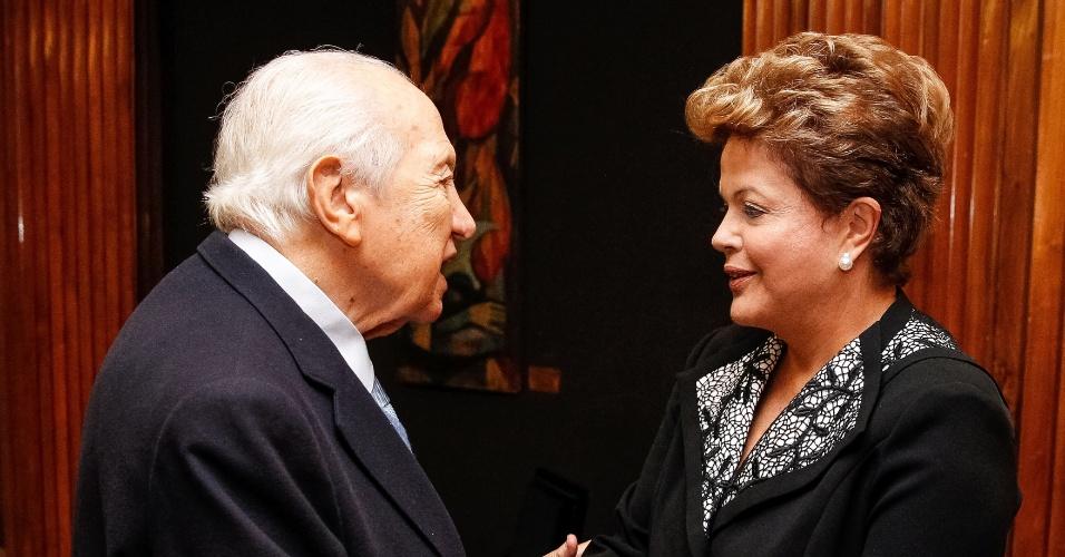 10.jun.2013 - A presidente Dilma Rousseff encontra o ex-chefe de Estado português Mário Soares, no hotel Ritz, em Lisboa, durante o último dia de visita a Portugal, nesta segunda-feira (10)
