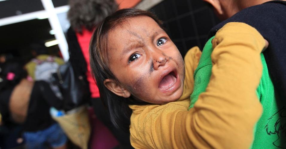 10.jun.2013 - Criança da tribo mundurucu chora durante chegada de membros da tribo para um encontro na Fundação Nacional do Índio, em Brasília, nesta segunda-feira. Lideranças da tribo estão na capital federal em busca de negociações com o governo sobre violações aos direitos indígenas