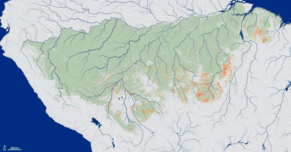 """10.jun.2013 - Incêndios na Amazônia nunca registrados por satélites antes foram responsáveis por destruir uma grande área da floresta tropical durante uma década, segundo a Nasa (Agência Espacial Norte-Americana). A equipe chefiada por Doug Morton, do Centro Espacial Goddard, em Mayland (EUA), descobriu que a queimadas que ocorrem nos arbustos e nas plantas que crescem abaixo das copas das árvores, e que não são detectados por satélites, destruiram 85,5 mil quilômetros quadrados de vegetação entre 1999 e 2010, quase 2,8% da Amazônia. O estudo publicado no """"Philosophical Transactions of the Royal Society B"""" aponta a mudança climática, e não o desmatamento, como principal agente desse tipo de """"incêndio silencioso e lento"""" sob a floresta amazônica"""