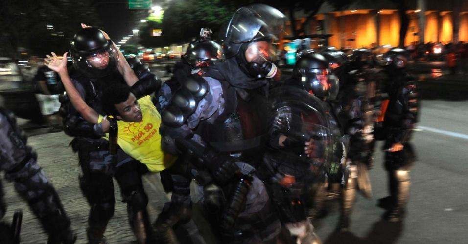 10.jun.2013 - Polícia prende manifestante durante ato na Cinelândia, região central do Rio de Janeiro (RJ), em protesto contra o aumento da passagem de ônibus. Às 18h, a manifestação tomou a avenida Rio Branco e impediu o tráfego de carros na região por alguns minutos. Pelo menos 30 pessoas foram detidas. As passagens de ônibus aumentaram de R$ 2,75 para R$ 2,95 no início do mês