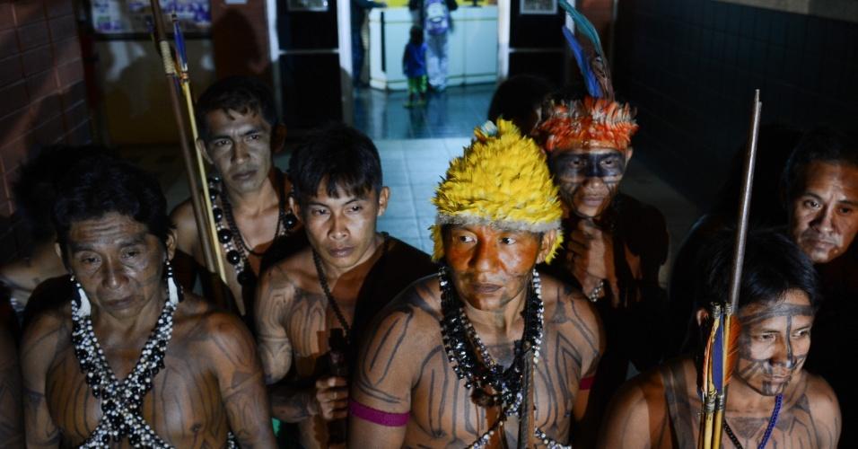 10.jun.2013 - Um grupo de 140 índios mundurucus se reúne em frente ao prédio da Funai. Eles pretendem ficar no local até serem recebidos por um algum representante do órgão