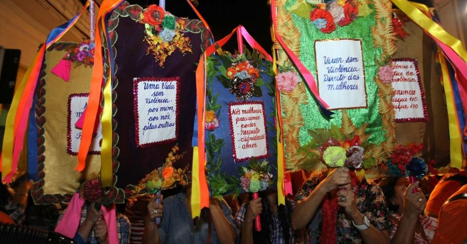 6.jun.2013 - Os festejos juninos do Recife (PE) foram abertos nesta quinta-feira na tradicional Caminhada do Forró, evento que reúne mais de cem artistas forrozeiros no Recife Antigo, passando pela rua Mariz de Barros, avenida Rio Branco, Bom Jesus até o Arsenal