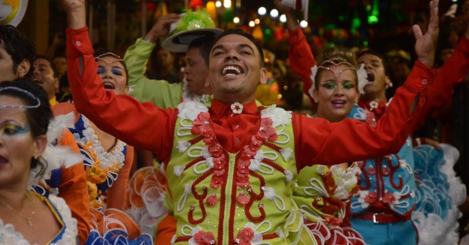 9.jun.2013 - Integrante do grupo Rosa dos Ventos dança durante o 18° Festival de Quadrilhas Juninas, realizado em Caruaru (PE)