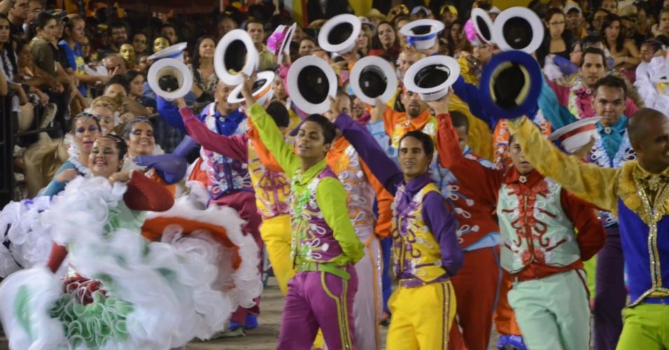9.jun.2013 - Integrantes do grupo Rosa dos Ventos dançam durante o 18° Festival de Quadrilhas Juninas, realizado em Caruaru (PE)