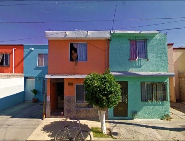 Em mais um flagrante bizarro, o Google Street View mostra um homem pulando a janela de uma casa
