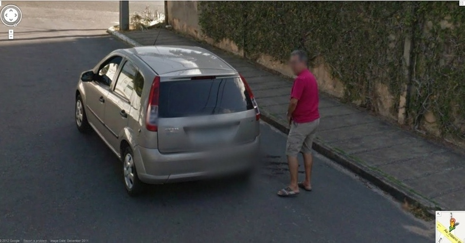 Em outro flagrante embaraçoso, o Street View mostra um homem urinando atrás de um carro