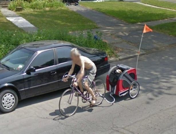 O Google Street View flagra o momento em que o homem leva o cachorro de estimação para passear -- bem confortavelmente -- de garupa da bicicleta