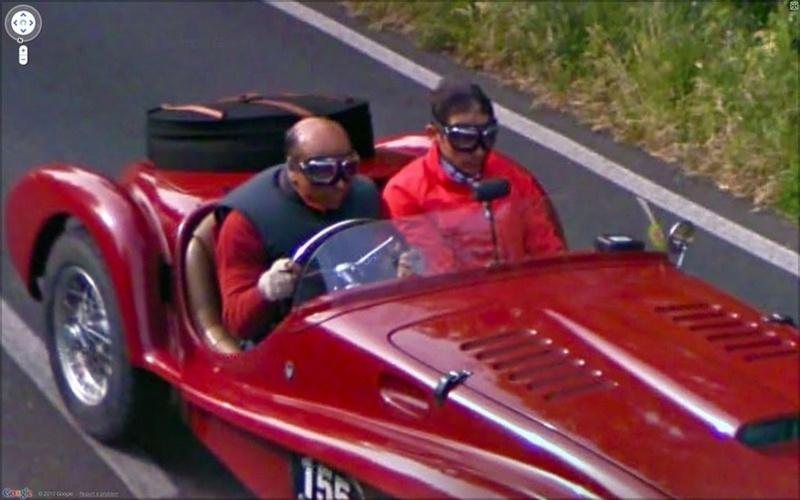 O Street View foi ultrapassado por esses dois homens correndo em um modelo antigo de carro (seria uma Ferrari?), ambos devidamente paramentados para a ''corrida maluca''